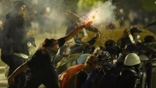 Enfrentamientos entre los manifestantes y la policía en Kenosha, Wisconsin, el 25 de agosto de 2020.