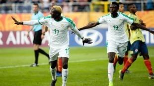 Le Sénégalais Dion Lopy (à gauche) fête son but face à la Colombie, en Coupe du monde U20.