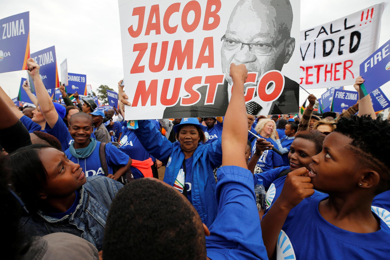 Manifestantes anti-Zuma hoje nas ruas de Joanesburgo