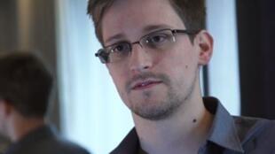 Edward Snowden ថតក្នុងពេលផ្តល់បទសម្ភាសន៍ឲ្យអ្នកកាសែតអង់គ្លេស The Guardian នៅហុងកុង កាលពីថ្ងៃទី៦ មិថុនា ២០១៣
