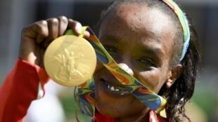 Jemima Sumgong 'yar kasar Kenya a lokacin da ta lashe lambar Zinare a gasar Olympics ta 2016 a birnin Rio na Brazil.