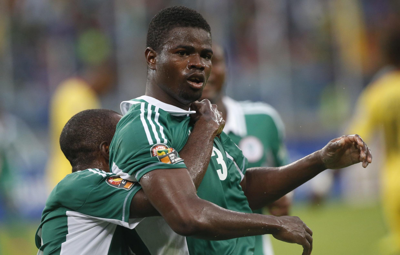Le footballeur nigérian Elderson Echiejile félicité par ses coéquipiers après son but contre le Mali en demi-finale de la CAN 2013, le 6 février à Durban.