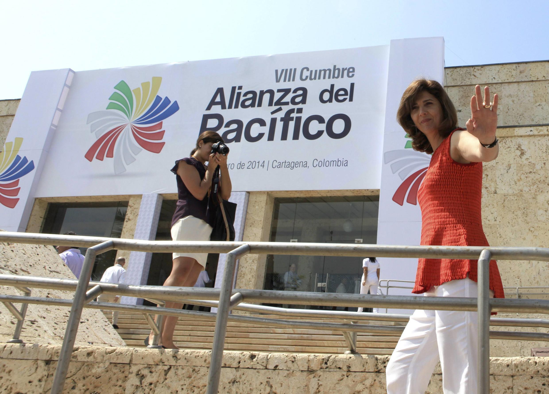 La canciller colombiana, María Angela Holguín, saluda a los medios frente al centro de convenciones de Cartagena, el 9 de febrero de 2014.