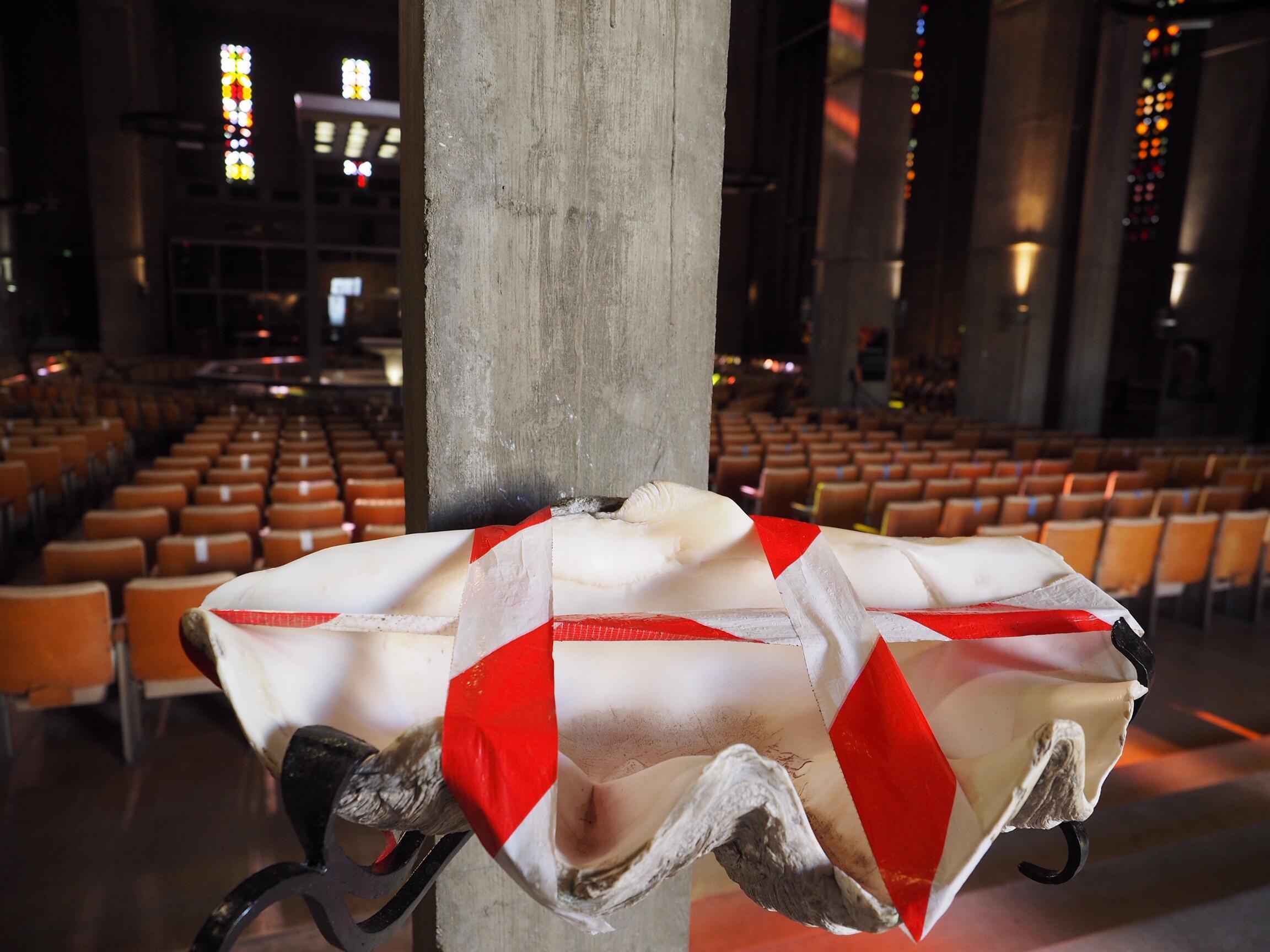 Pas de bénitier dans les églises après le confinement.