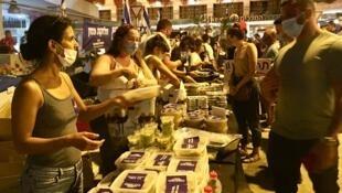 Mardi soir, les restaurateurs ont rejoint les rangs des manifestants anti-Netanyahu et sont venus distribuer gratuitement des plats pour protester contre les menaces pesant sur leur secteur.