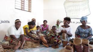 Les femmes de Ganvié transforment la jacinthe d'eau en produits d'artisanat.