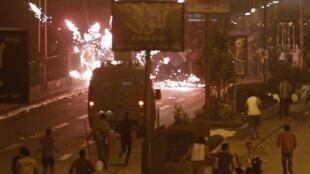 Confrontos na rua do Egito neste domingo entre partidários e opositores do ex-presidente Mursi.