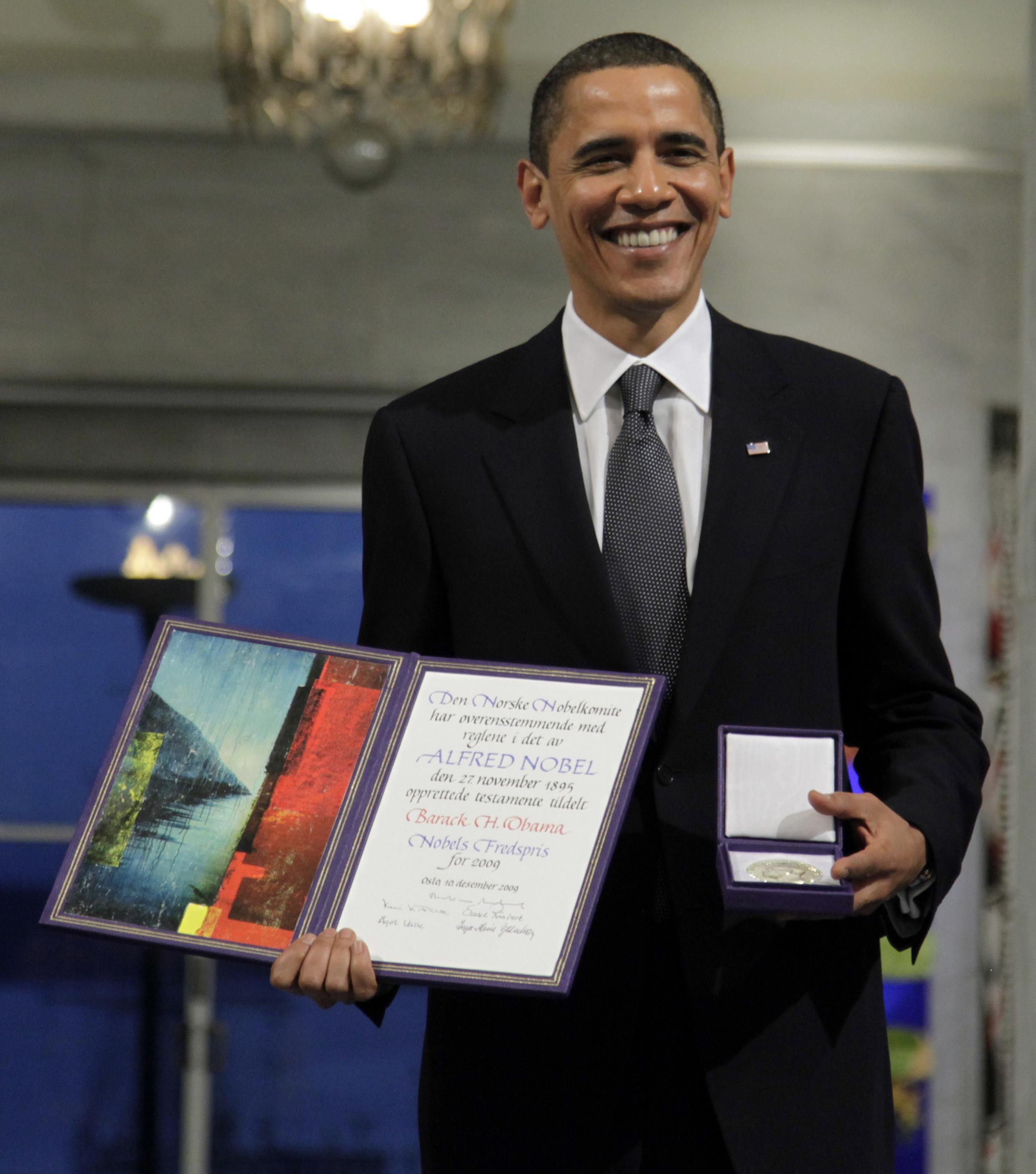 Le prix décerné en 2009 au président américain Barack Obama avaient irrité les contempteurs. Ici, Barack Obama pose avec son prix, le 10 décembre 2009.