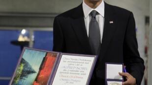 Barack Obama pose avec sa médaille et son diplôme du prix Nobel de la paix à Oslo ce 10 décembre 2009.
