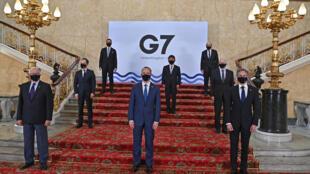 Los participantes en la reunión de ministros de Exteriores del G7 posan para una foto de familia el 4 de mayo de 2021 en Londres