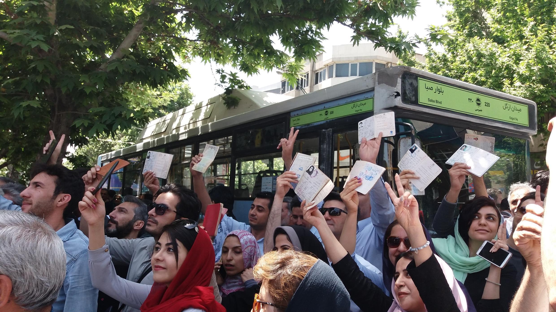 У мечети Эршад выстроилась длинная очередь в день президентских выборов. Тегеран. 19 мая 2017 год