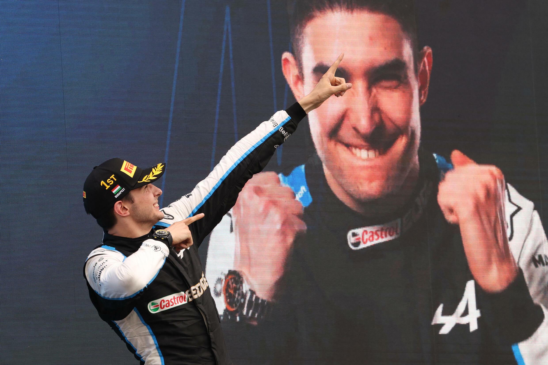 Esteban Ocon celebra su victoria en el Gran Premio de Hungría de F1, el 1 de agosto de 2021 en el podio del circuito de Hungaroring, cerca de Budapest