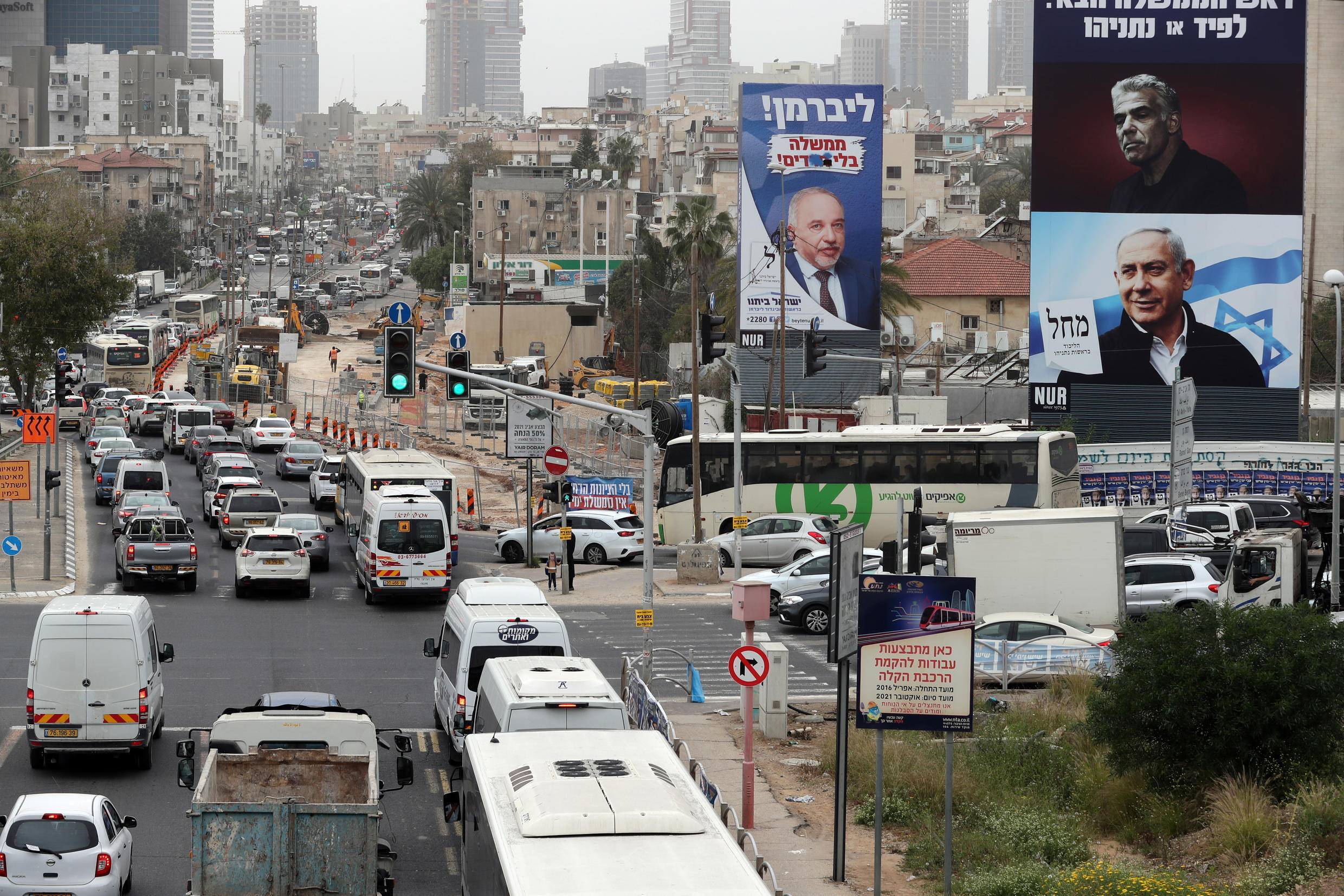 Image d'archive RFI : A Likud party election campaign banner depicting its leader, Israeli Prime Minister Netanyahu, and his challenger, Yesh Atid party leader Lapid, as well as an Yisrael Beitenu party election campaign banner, are seen ahead of March 23 ballot in Bnei Brak.