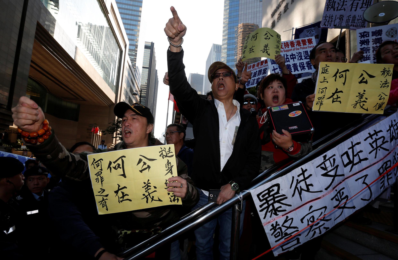 2017年2月14日部分香港民众在法院门前声援7名受审警察。