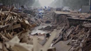 Estrada destruída após inundação em Xingtai, província de Hebei, China.