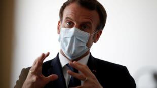 Nạn thiếu khẩu trang y tế làm giảm uy tín của chính phủ Pháp.