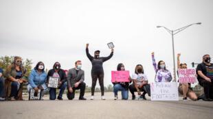 Manifestantes reunidos  en Elizabeth City, Carolina del Norte, el 24 de abril de 2021, después de la muerte de Andrew Brown Jr. a manos de la policía.
