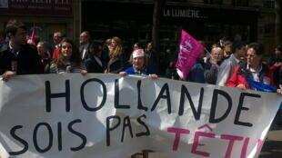 Manifestantes protestam em Paris contra a lei que autoriza o casamento gay