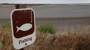 Rio onde habitualmente se pratica pesca está seco, nos Estados Unidos.