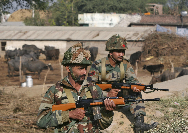 元月三日,在遇襲的印度空軍機場周圍警戒的士兵。