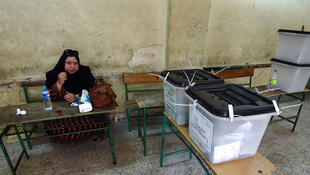 Una mujer espera en una oficina de votación en Gizeh, el 18 de octubre de 2015.