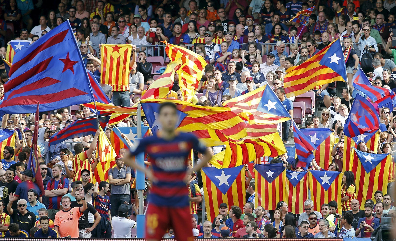 Une nuée d'«estelada», le drapeau des séparatistes catalans, flotte au-dessus du stade lors d'un match de football entre Barcelone et Las Palmas. Barcelone, le 26 septembre 2015.