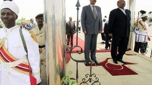 苏丹总统巴希尔5月26日在喀土穆机场欢迎前来参加其就职典礼的厄瓜多尔总统。
