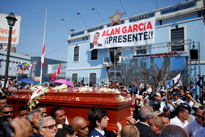 Amigos e familiares carregam o caixão com os restos mortais do ex-presidente do Peru, Alan Garcia, que se matou esta semana, em Lima, Peru 19 de abril de 2019.