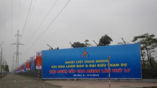 Biểu ngữ chào mừng hội nghị ASEAN trên đường Phạm Hùng, trước Trung tâm Hội nghị Quốc gia, Hà Nội.