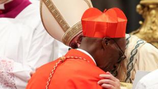 Le pape François et le cardinal Jean Zerbo au Vatican, le 28 juin 2017.