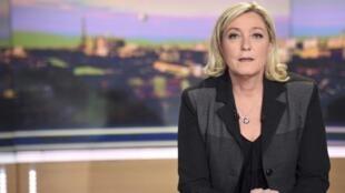 Kiongozi wa chama cha FN (National Front), Marine Le Pen, akialikwa na runinga ya TF1 katika taarifa ya habari ya Alhamisi jioni Aprili 9 mwaka 2015.