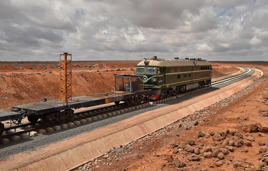 Le dernier rail du nouveau chemin de fer reliant Djibouti et l'Ethiopie sera posé par le président djiboutien et le Premier ministre éthiopien le 11 juin 2015, avec l'ambition de le prolonger à terme jusqu'à l'Afrique de l'Ouest.