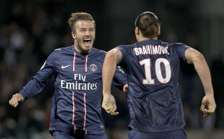 Los jugadores del equipo Paris Saint Germain, David Beckham y Zlatan Ibrahimovic, celebran el triunfo frente al Olímpico Lyon, en el estadio Gerland en Lyon, el 12 de mayo de 2013.