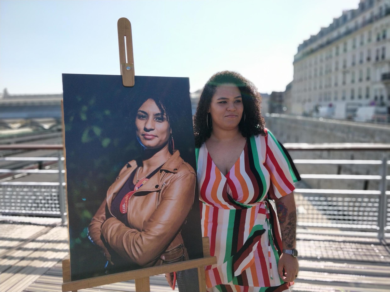 Luyara Franco, filha de Marielle, ao lado da foto da mãe em Paris.