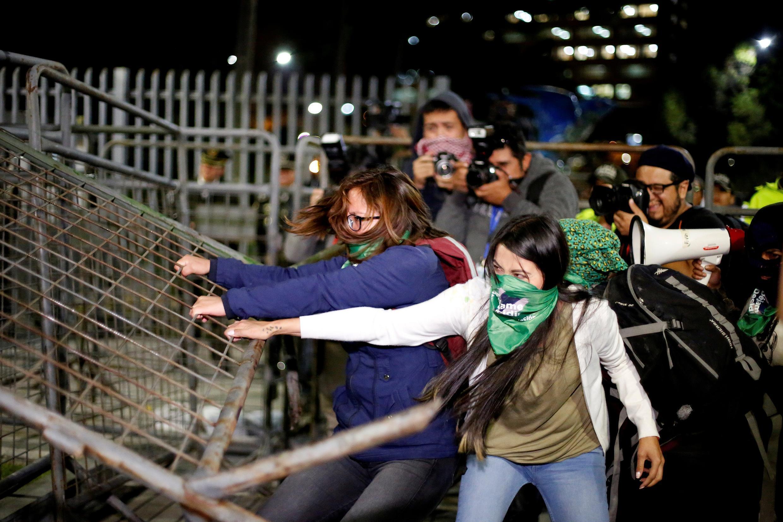 Des militantes pro-avortement devant l'Assemblée nationale à Quito, le 17 septembre 2019. Des heurts ont opposé manifestantes et policiers.
