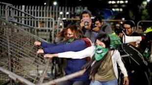 Militantes a favor da descriminalização do aborto diante da Assembleia Nacional em Quito, na noite de terça-feira, 17 de setembro.
