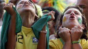 Torcedores celebram a vitória da seleção brasileira contra o Chile.