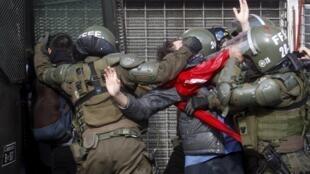 Estudante é preso pela tropa de choque chilena, do lado de fora da sede do Congresso em Valparaiso