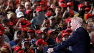 دونالد ترامپ، رئیس جمهوری آمریکا، در گردهمائی انتخاباتی در فرودگاه پنساکولا واقع در فلوریدا - ٣ نوامبر ٢٠١٨