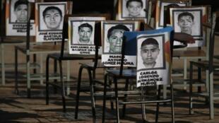 Retratos de los estudiantes desaparecidos en la escuela normal rural de Ayotzinapa ante la alcaldía de Iguala el 5 de noviembre de 2014.