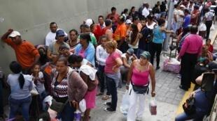 Venezolanos hacen fila ante un Mega-Mercal, un mercado subisdiado por el estado, en la capital Caracas, el 24 de enero de 2015.