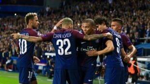 Neymar, Dani Alves, Kylian Mbappé, Edinson Cavani na Marquinhos (kutoka kushoto kwenda kulia) wakisherehekea bao la kwanza la PSG dhidi ya Bayern Munich.