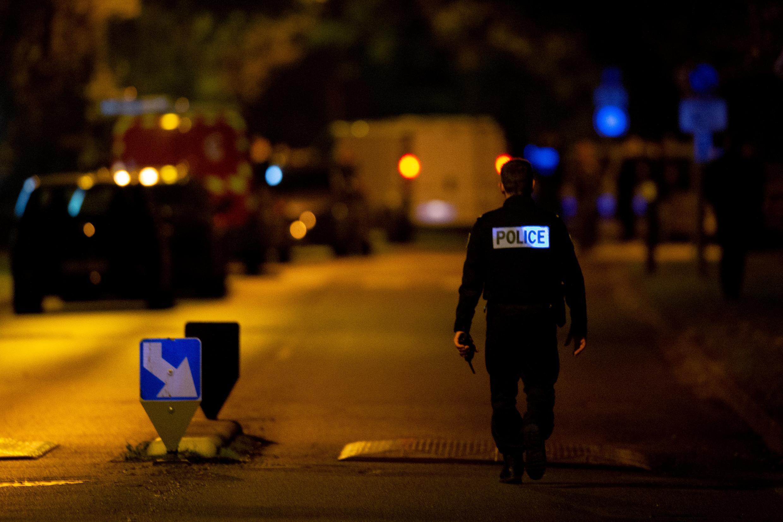 La policía francesa trabaja en una calle en Eragny, donde un atacante fue abatido después de que decapitara a un hombre, el 16 de octubre de 2020 en Conflans-Sainte-Honorine, a 50 km de París