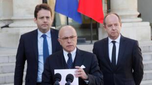 Le Premier ministre Bernard Cazeneuve, le ministre de la Justice Jean-Jacques Urvoas (à gauche) et le ministre de l'Intérieur Matthias Fekl, en conférence de presse à l'Elysée, le 21 avril 2017.