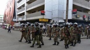 Patrouille de police à Antananarivo en novembre 2010 après une manifestation d'opposants