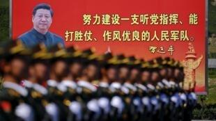 Outdoor com a imagem do presidente chinês Xi Jinping é visto durante desfile militar com soldados do Exército de Libertação Popular da China, em comemoração ao 70º aniversário do fim da Segunda Guerra Mundial.22/08/15