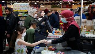 A Gaza, comme à Ramallah, les Palestiniens font leur courses pour le Ramadan, ici dans un supermarché le 23 avril 2020.