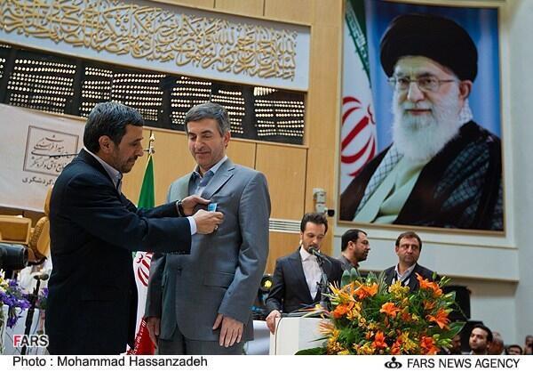 اعطای نشان درجه یک فرهنگ به اسفندیار رحیم مشایی توسط محمود احمدی نژاد در مراسم ملی استقبال از نوروز