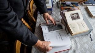 Eugeniusz Cezary Król, autor de la traducción y comentario histórico de la edición académica polaca de 'Mein Kampf' de Adolf Hitler, mira una copia de la obra en su piso en Varsovia, el 15 de enero de 2021
