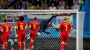 Thủ môn Bỉ Thibaut Courtois đẩy bật trái bóng hiểm hóc của tiền đạo Brazil Neymar ở phút cuối trận đấu, Kazan, Nga, 6/7/2018..